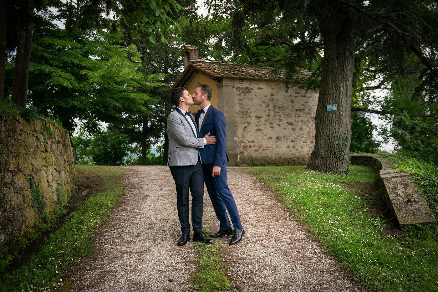 Same-Sex Wedding Photographer Florence: Timur & Guillaume. Romantic kiss same sex couple