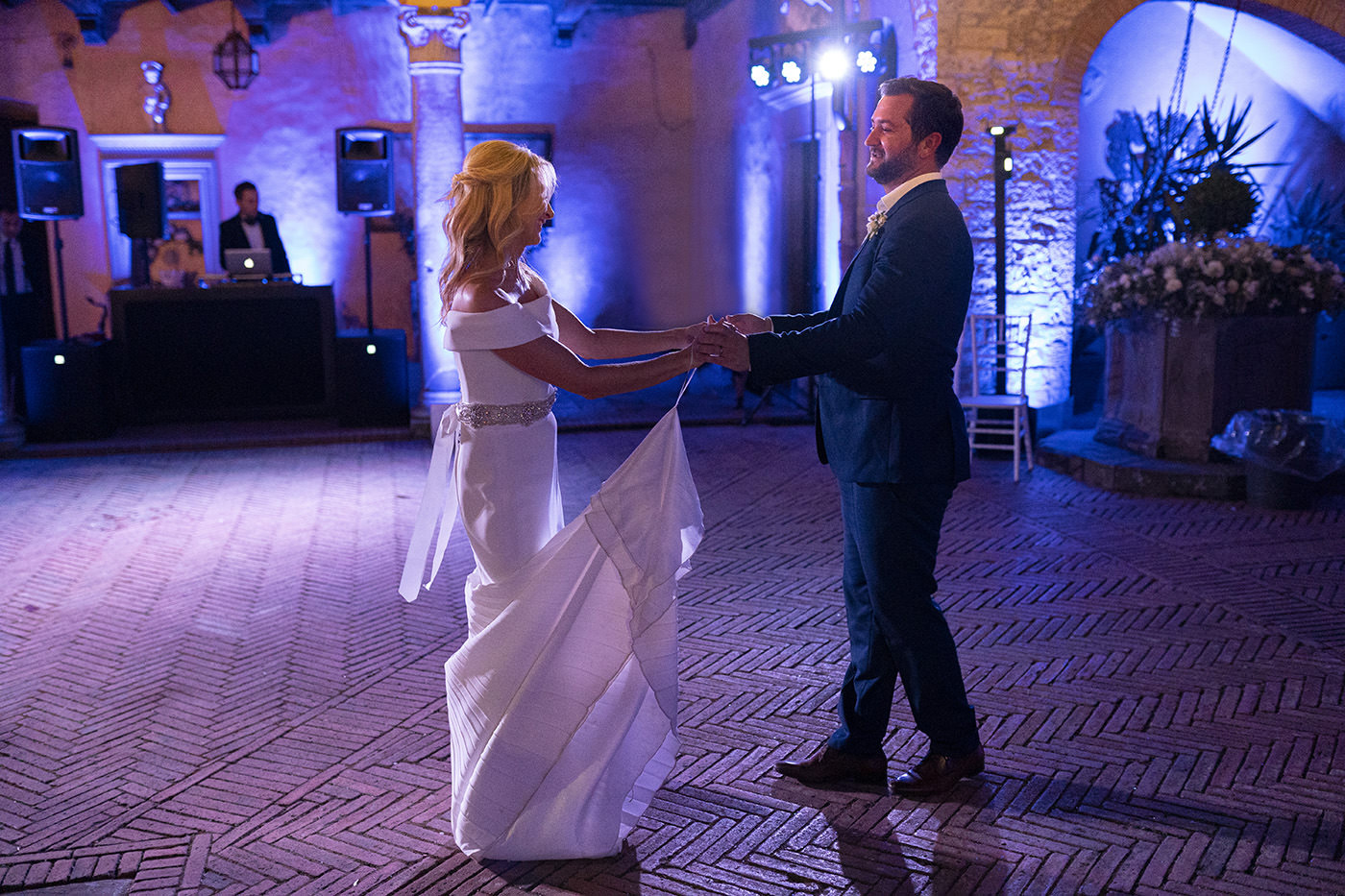 Tuscan Wedding Photo Shoots At Palagio Castle: first dance at Castello Il Palagio